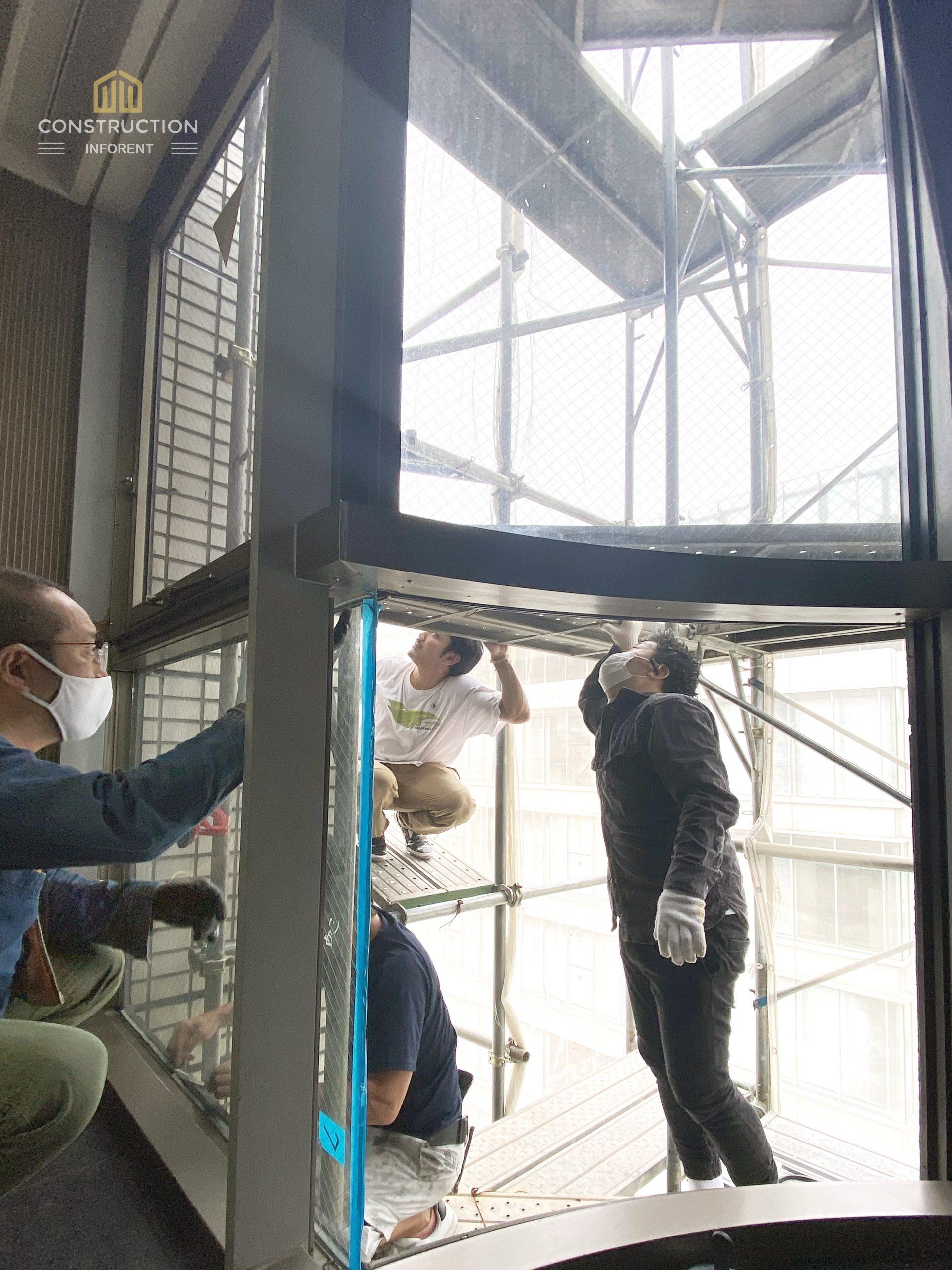 窓工事 ビルのサッシ窓ガラスにひび割れ。窓ガラスを交換